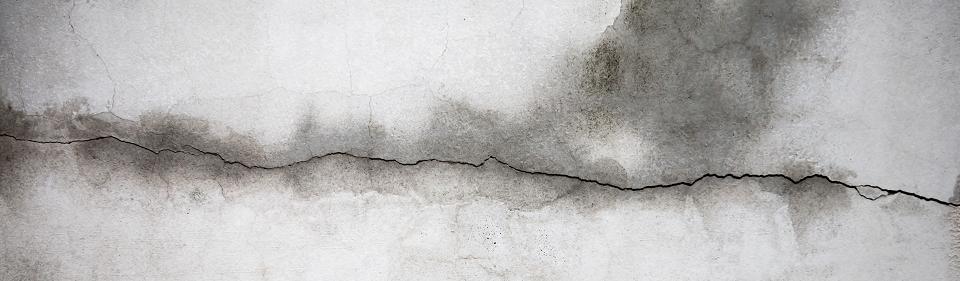 Een lekkage in Arnhem heeft scheuren in het plijsterwerk veroorzaakt